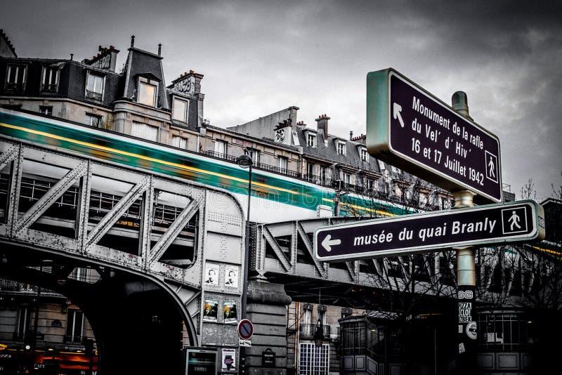Bajo-ángulo del puente ferroviario viejo céntrico en París foto de archivo libre de regalías