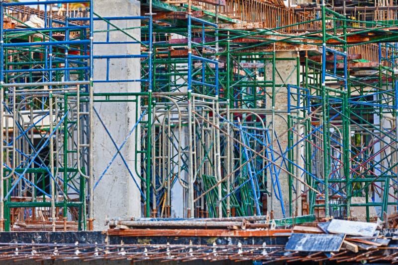 Bajo construcción edificios concretos reforzados foto de archivo