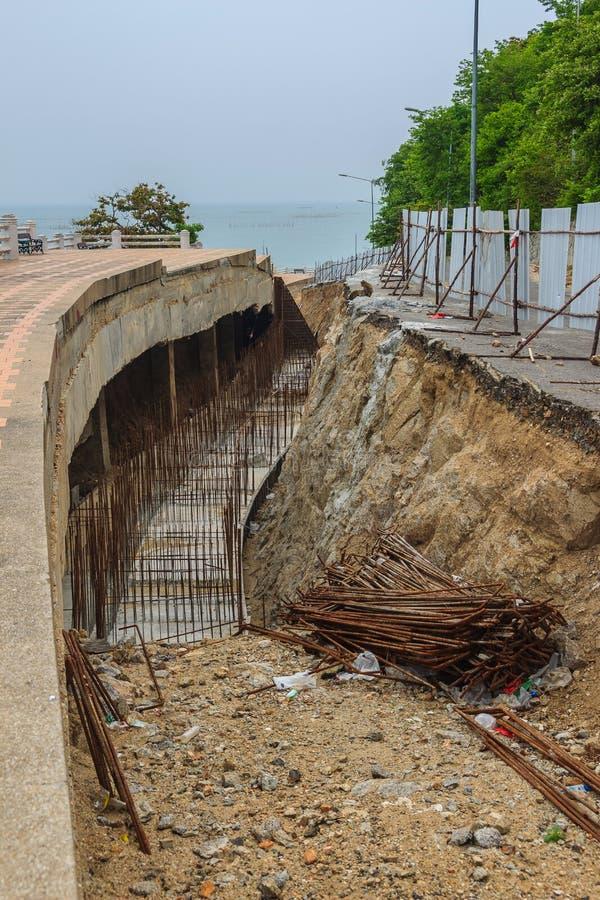 Bajo construcción para la reparación del camino después de un derrumbamiento imagen de archivo
