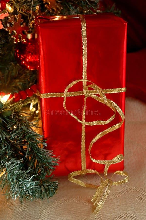 Bajo el árbol de navidad imagen de archivo