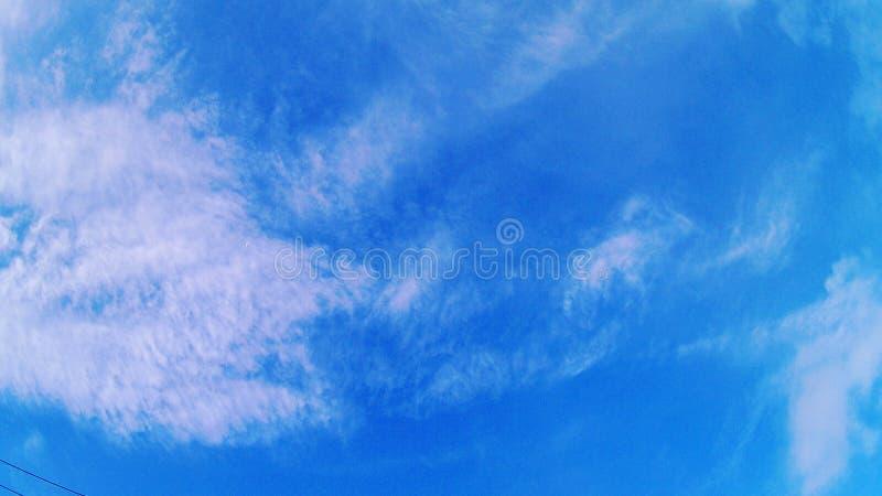 Bajo el cielo azul imagen de archivo
