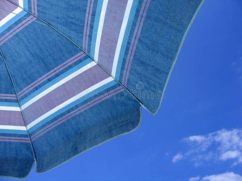 Download Bajo el paraguas foto de archivo. Imagen de piscina, nubes - 178224