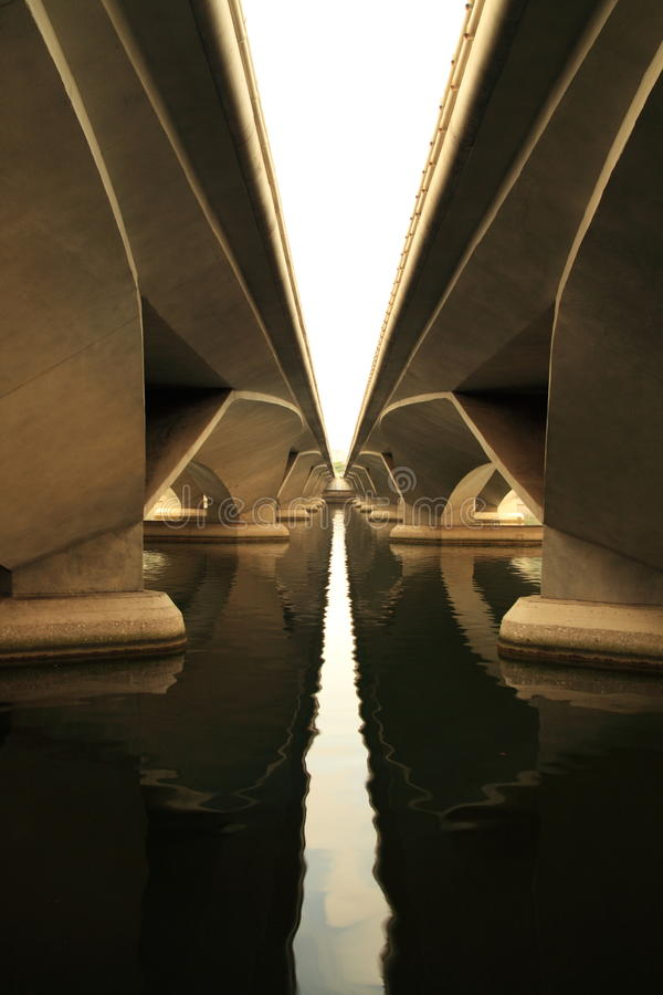Bajo el puente de la explanada foto de archivo libre de regalías