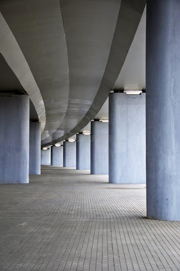 Bajo el puente del camino concreto con la columna fotos de archivo libres de regalías
