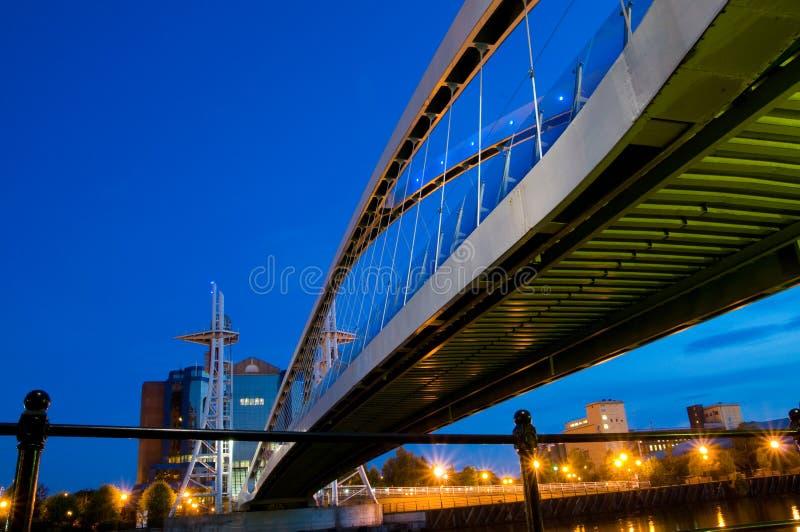 Bajo el puente Manchester del milenio foto de archivo libre de regalías