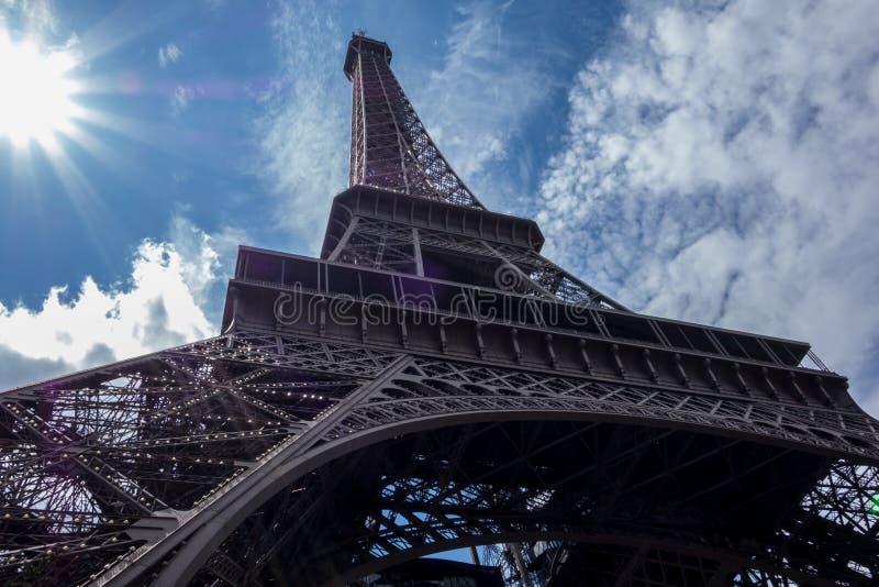 bajo la torre Eiffel fotografía de archivo libre de regalías