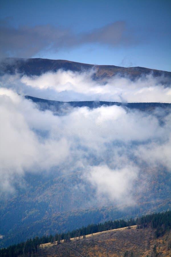 Bajo las nubes imágenes de archivo libres de regalías