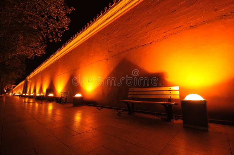 Bajo luz dévil de la pared ocre roja de China de la noche foto de archivo