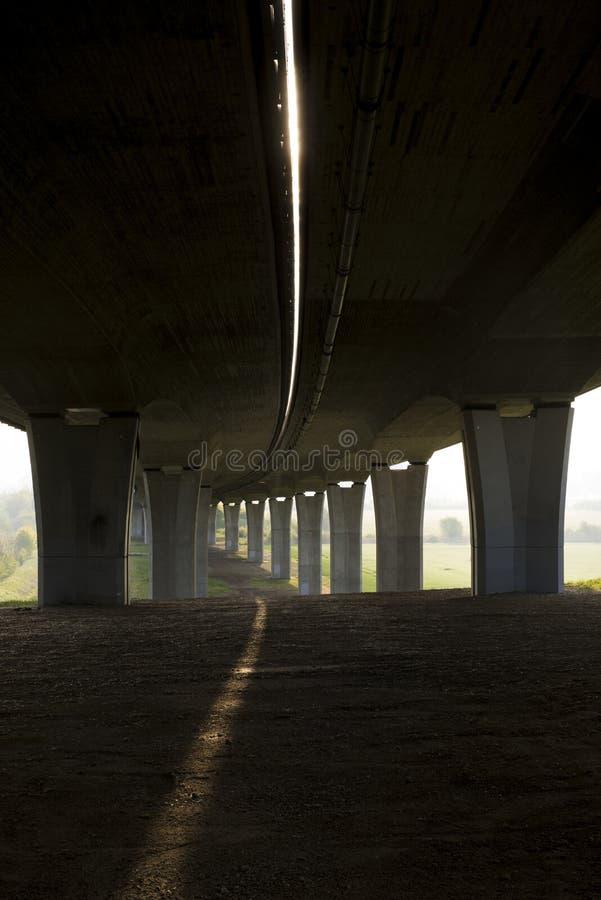 Bajo opinión del puente de la carretera con un carril del sol imagen de archivo