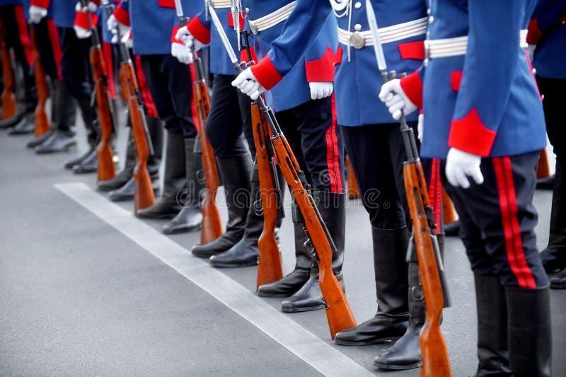 Bajonettgevärdetaljen under militär ståtar arkivbilder