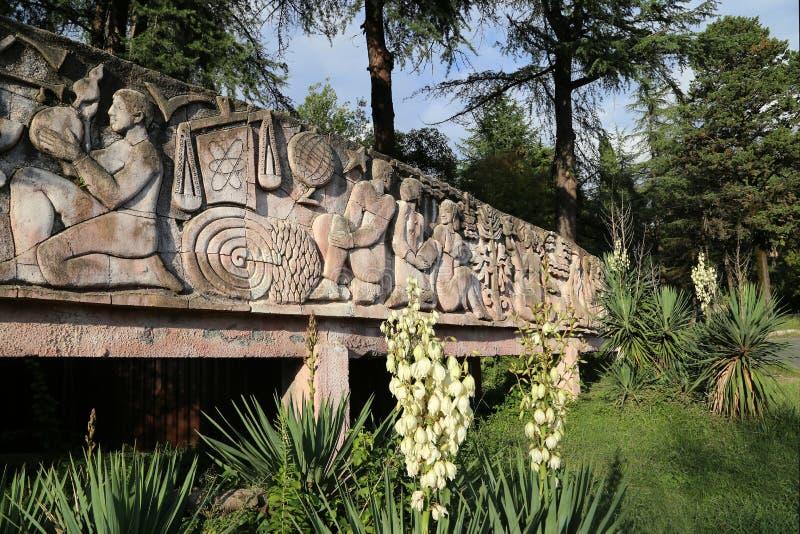 Bajorrelieve decorativo en el parque de Sinop fotos de archivo libres de regalías
