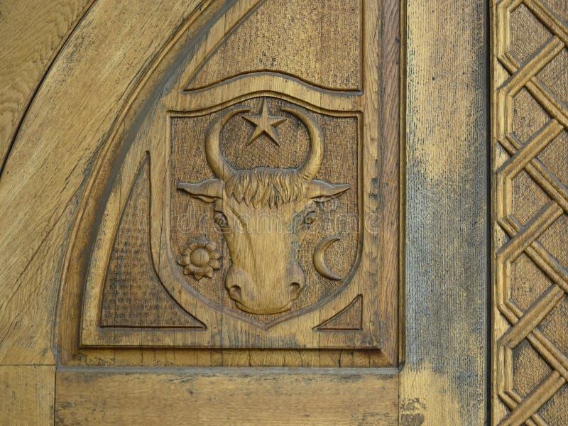 Bajorrelieve del escudo de armas de Moldavia imágenes de archivo libres de regalías