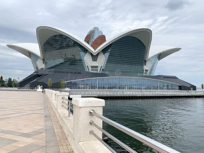 Bakú, Azerbaiyán, 11 de setiembre de 2019. Centro comercial Caspian Waterfront Mall en el bulevar Bakú, a orillas del mar Caspi imágenes de archivo libres de regalías