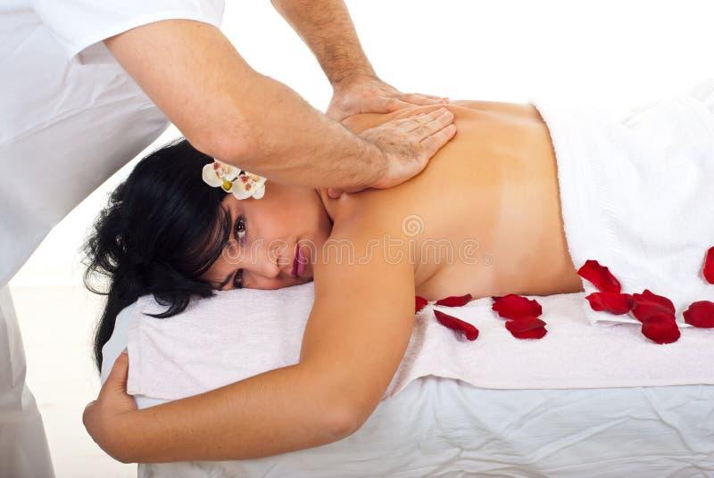 bak att få massagebrunnsortkvinnan arkivbild