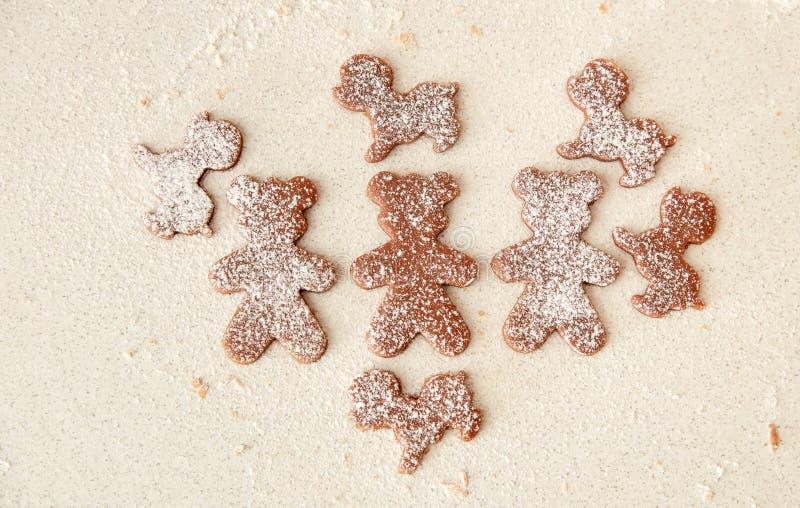 Bak de koekjes van de Kerstmispeperkoek, die in keuken koken royalty-vrije stock afbeelding