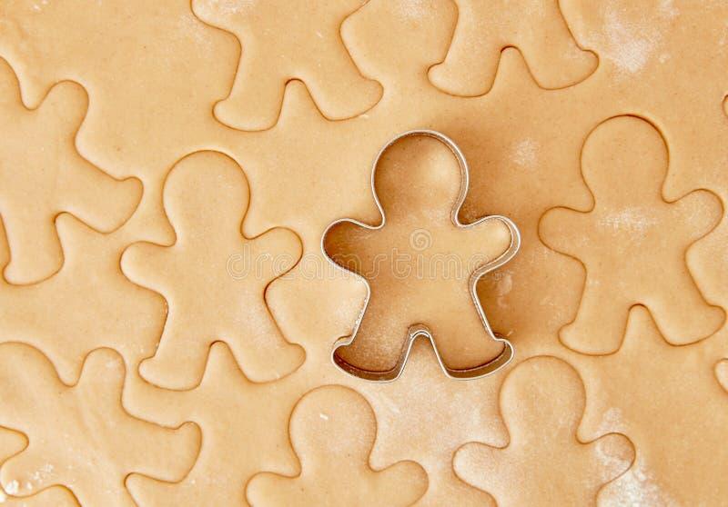 Bak de koekjes van de Kerstmispeperkoek, die in keuken koken stock foto's