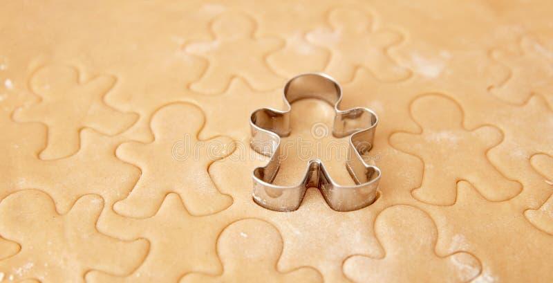 Bak de koekjes van de Kerstmispeperkoek, die in keuken koken royalty-vrije stock foto's
