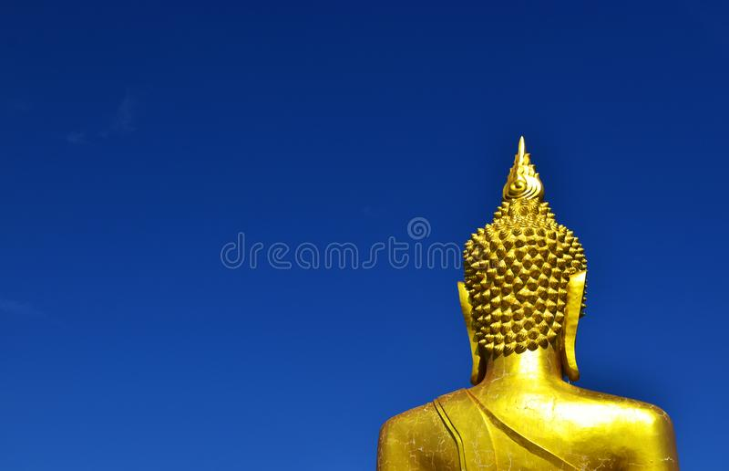 Bak den stora Budda statyn med blå himmel royaltyfria bilder