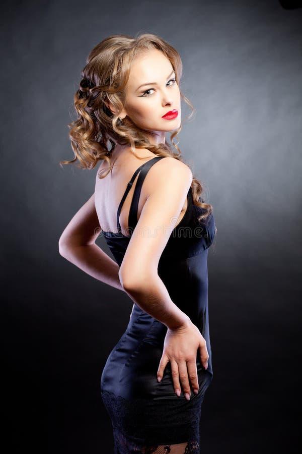 bak klänningflickan som ser sexig fotografering för bildbyråer