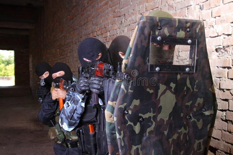 bak moving den taktiska sköldsoldaten för grupp royaltyfri bild