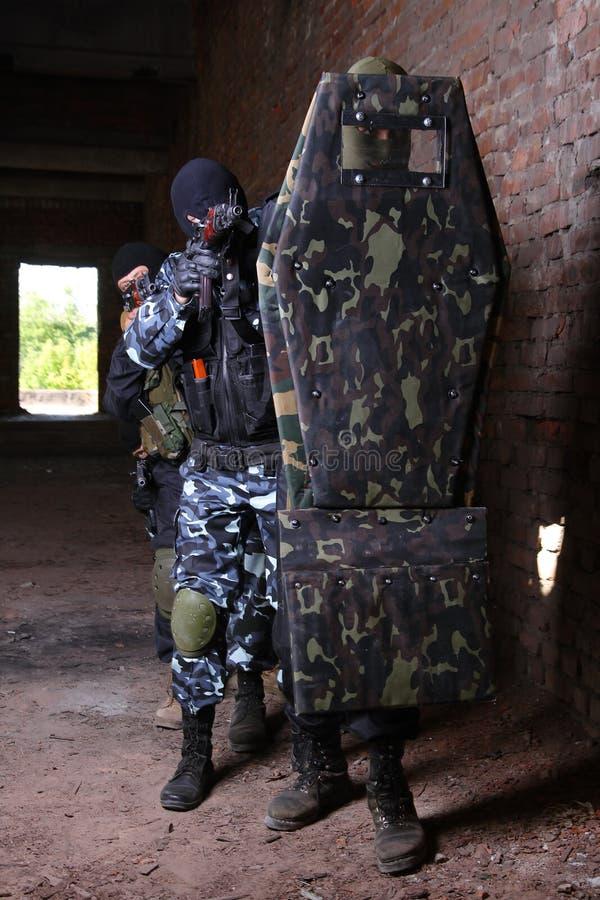 bak moving den taktiska sköldsoldaten för grupp royaltyfria foton