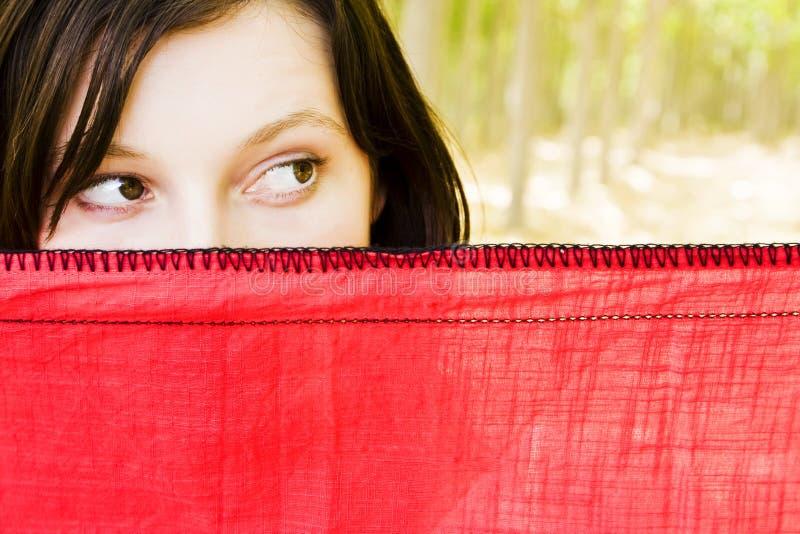 bak nyfiket skyla kvinnan fotografering för bildbyråer