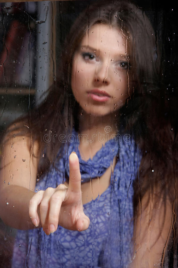 bak SAD våt fönsterkvinna royaltyfri fotografi