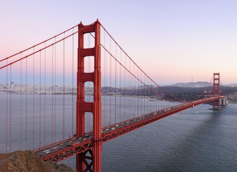 bak solnedgång för toner för fin port för bro guld- arkivfoton