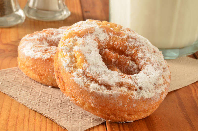 Baka ihop donuts och mjölka arkivfoton