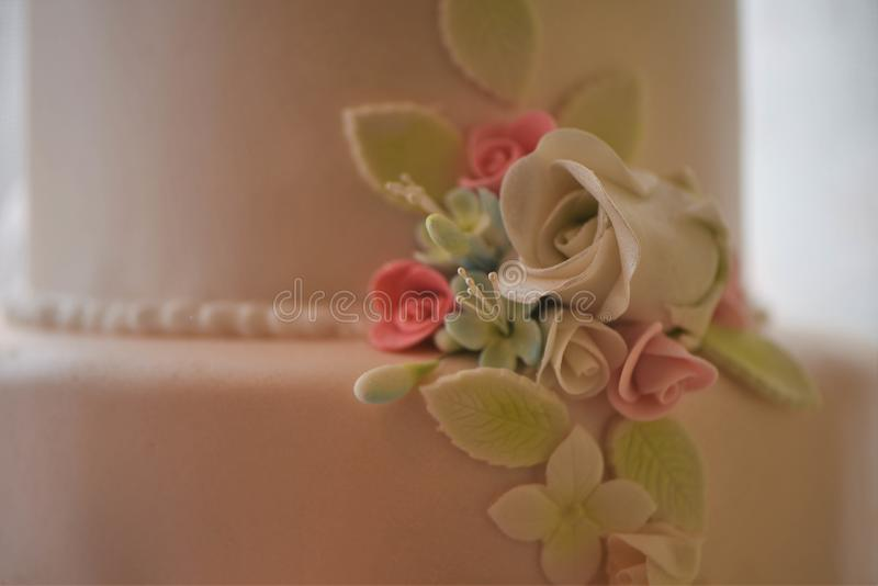 Baka ihop garnering av handgjorda med is blommor för en bröllopstårta fotografering för bildbyråer