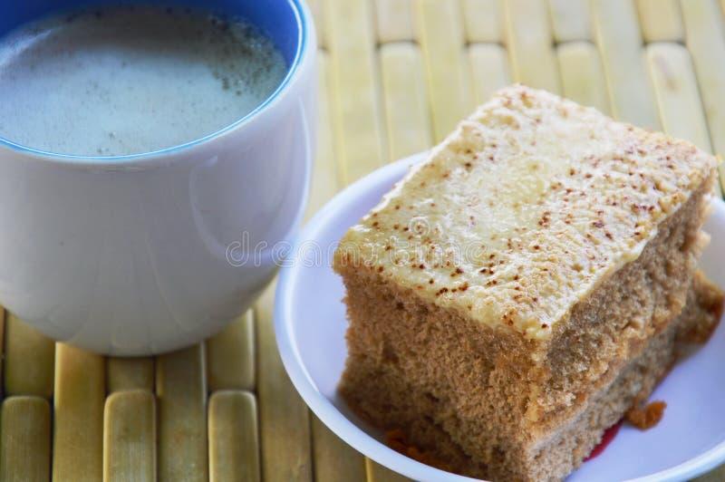 Baka ihop och mjölka kaffe på bambuplattan arkivbild