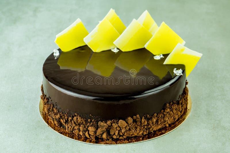 Baka ihop på en kaka av kexet från mörk choklad royaltyfri fotografi