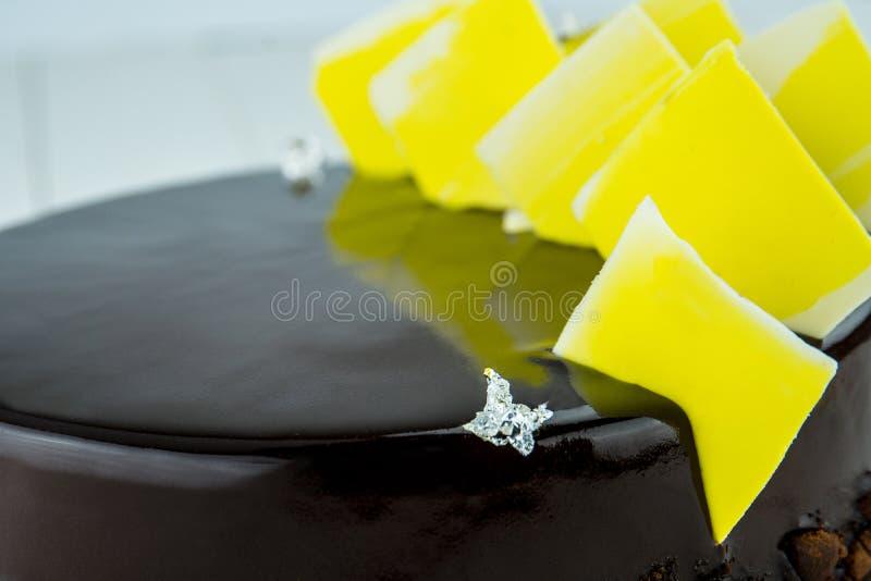 Baka ihop på en kaka av kexet från mörk choklad arkivfoton