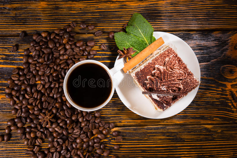Baka ihop skivan i platta med kaffe och bönor arkivfoto