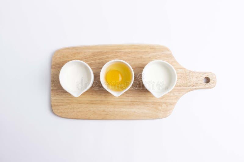 Baka ingredienser p? vit bakgrund fotografering för bildbyråer