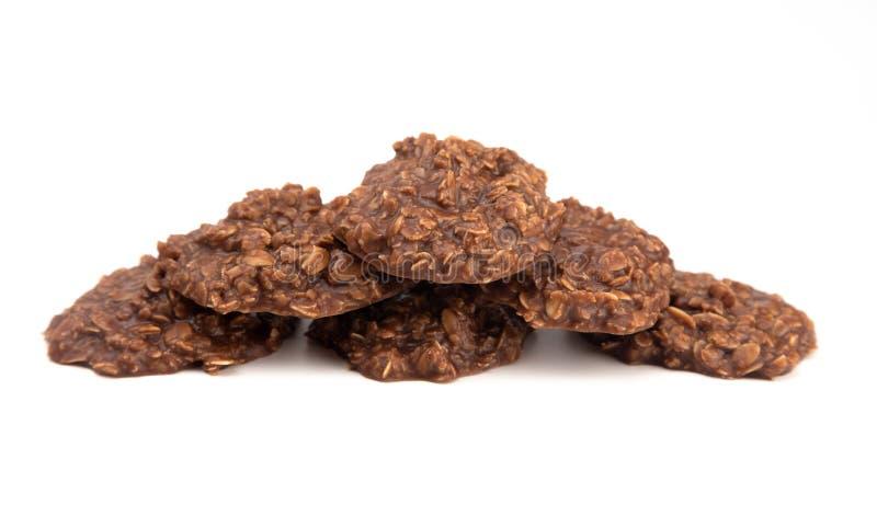 Baka inte kakor för den chokladjordnötsmör och havren på vit bakgrund royaltyfri fotografi