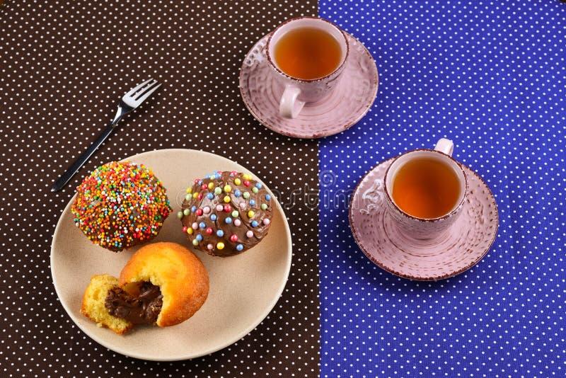Baka med te och choklad på tabellen fotografering för bildbyråer