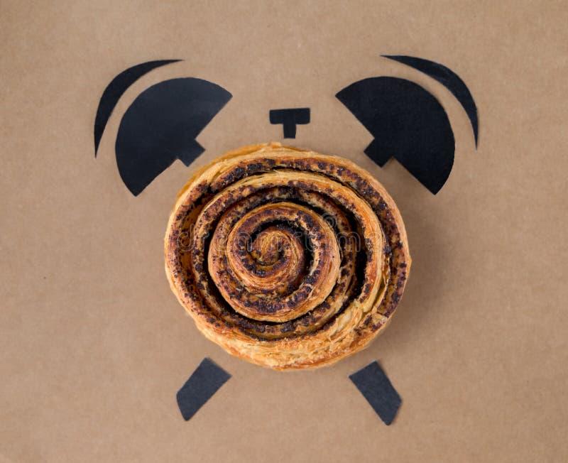 Baka med vallmo i form av ringklockan, begrepp för frukosttid royaltyfria bilder