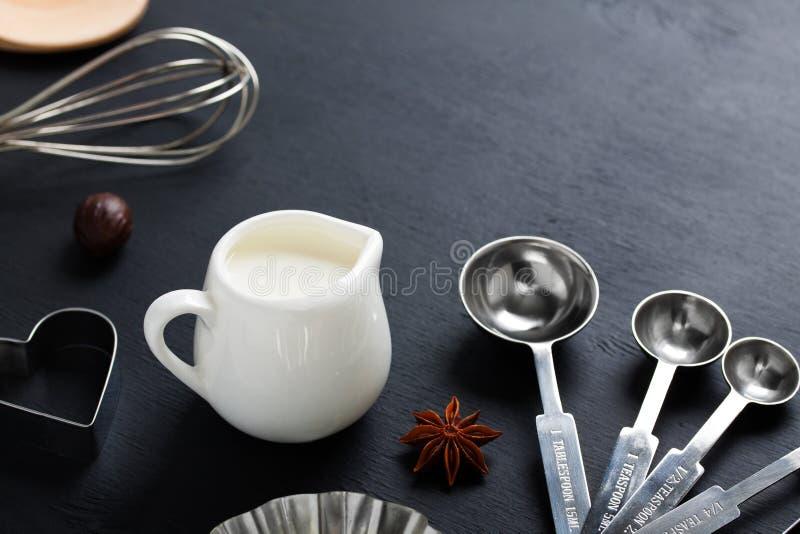 Baka mjölka, vifta och att mäta anis för skedkakaskärare royaltyfria foton