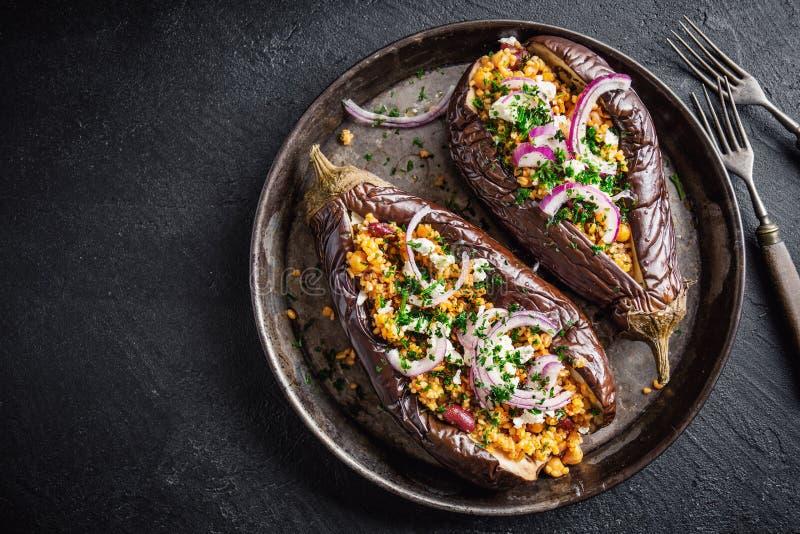 Bakad aubergine med bulgur och feta royaltyfri fotografi