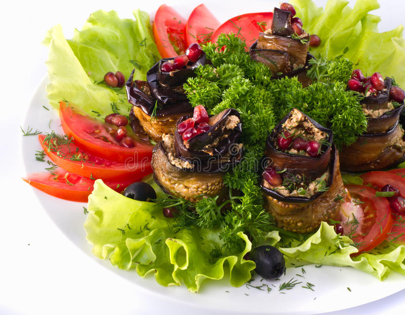 Bakad aubergine med grönsaker royaltyfri foto