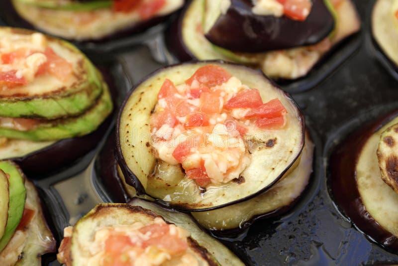 Bakad aubergine med tomater royaltyfri foto