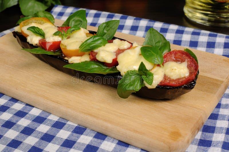 Bakad aubergine med tomater och ost royaltyfri foto