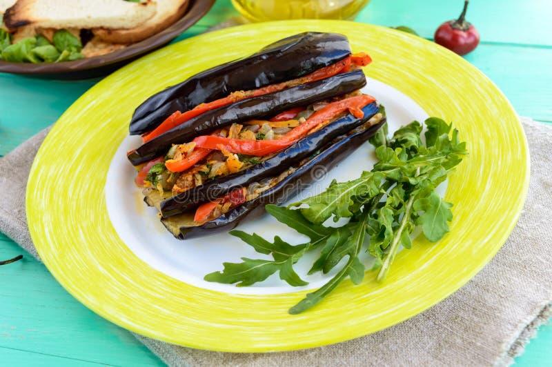 Bakad aubergine skivar välfyllt med grönsaker arkivbild