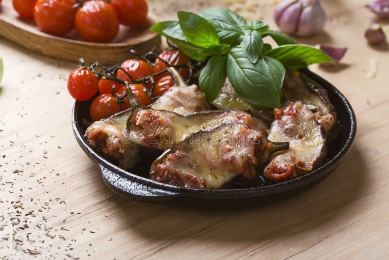 Bakad aubergine som stoppas med mozzarellaost och tomater royaltyfria foton