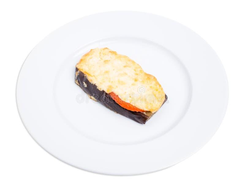 Bakad aubergineskiva med ost och tomater royaltyfria foton