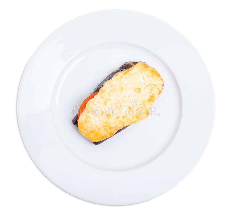 Bakad aubergineskiva med ost och tomater arkivbild