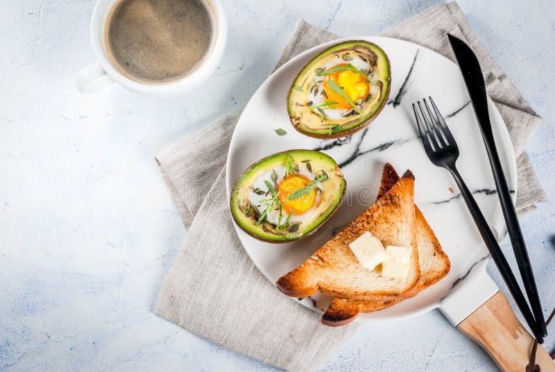 Bakad avokado med ägget arkivfoto