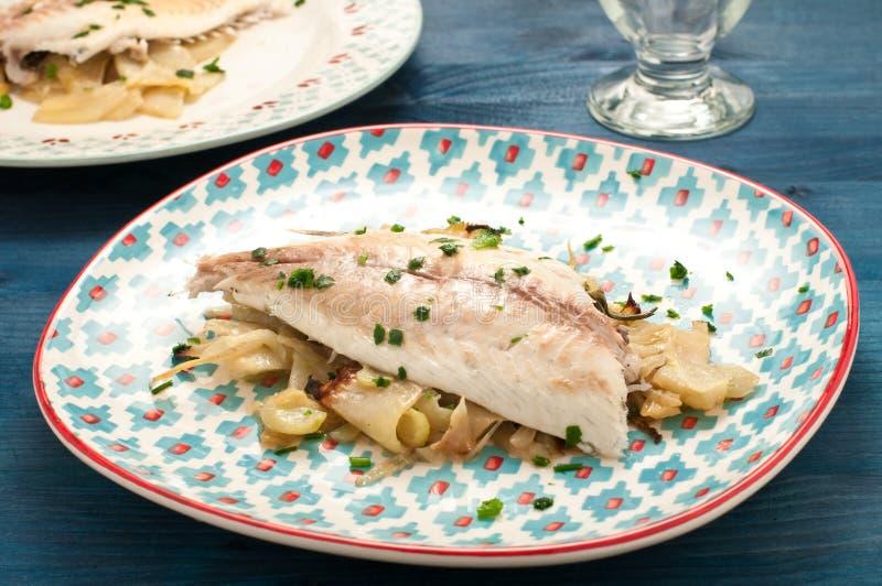Bakad bakad fisk för havsbraxen med fänkål royaltyfri foto