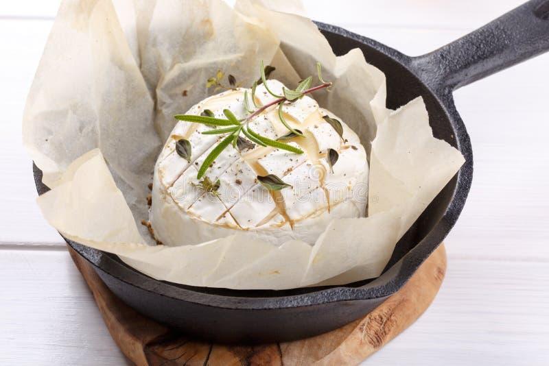 Bakad camembertost med timjan och peppar arkivfoto